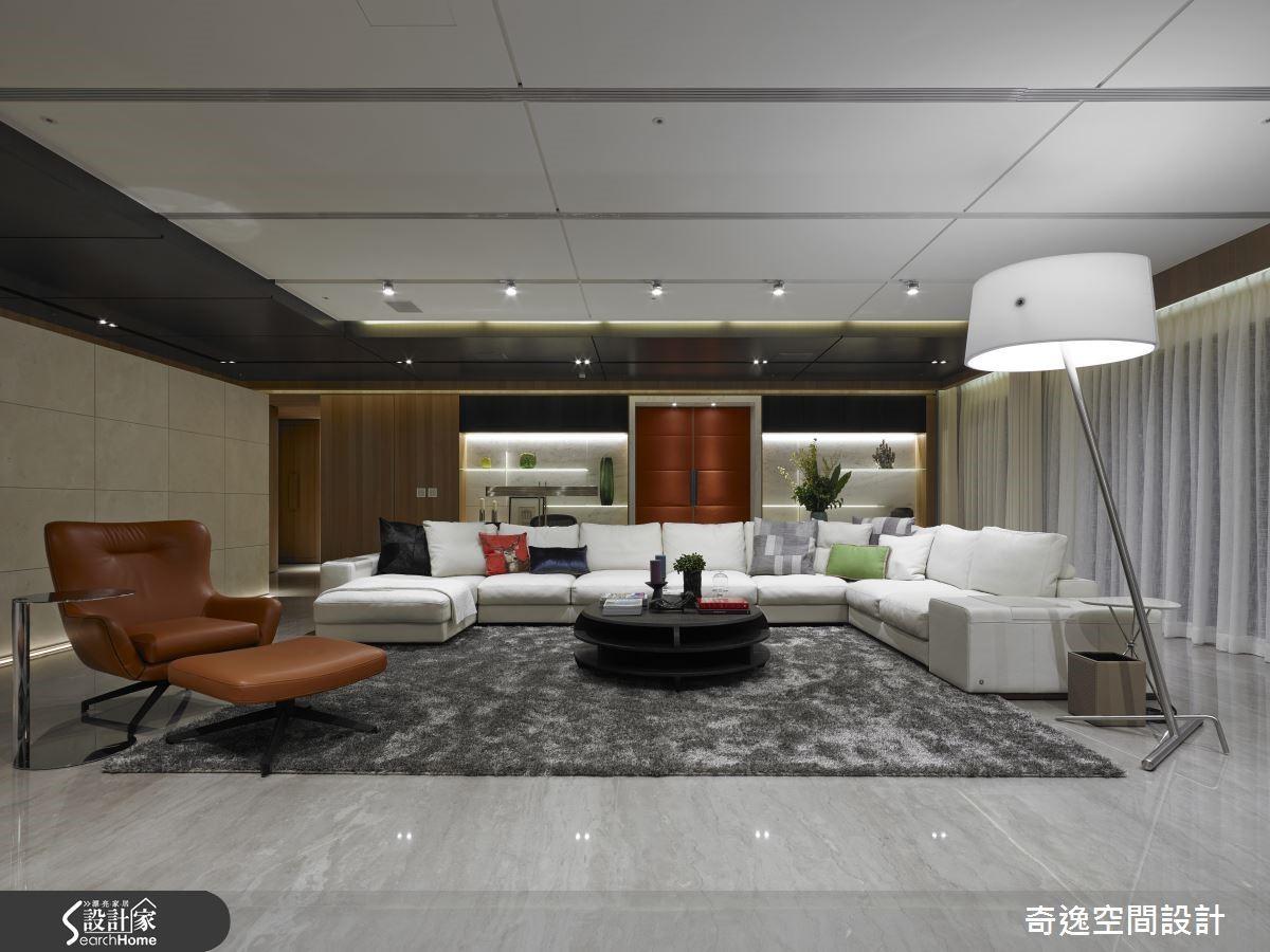 將主臥室的皮革材質大門開在客廳正中央,而且採用鮮明的橘紅色彩,令人驚豔。