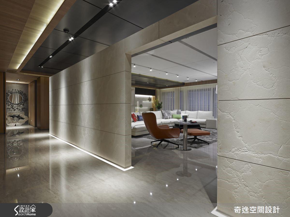 在室內矗立雅典娜仿古石材牆畫分玄關與客廳,營造一入門的磅礴氣勢,顯現業主的非凡身價;但牆面刻意與金屬美耐板的天花板隔開距離,讓空間沉穩中帶有通透感。
