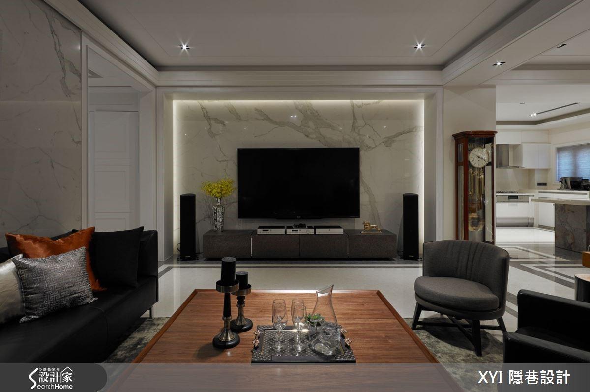 沙發背牆使用繃布能減少戶外環境音干擾,達到安靜效果,並點綴上薄石板、鈦金屬收邊、 H 型線板及台灣檜木家具強調質感。