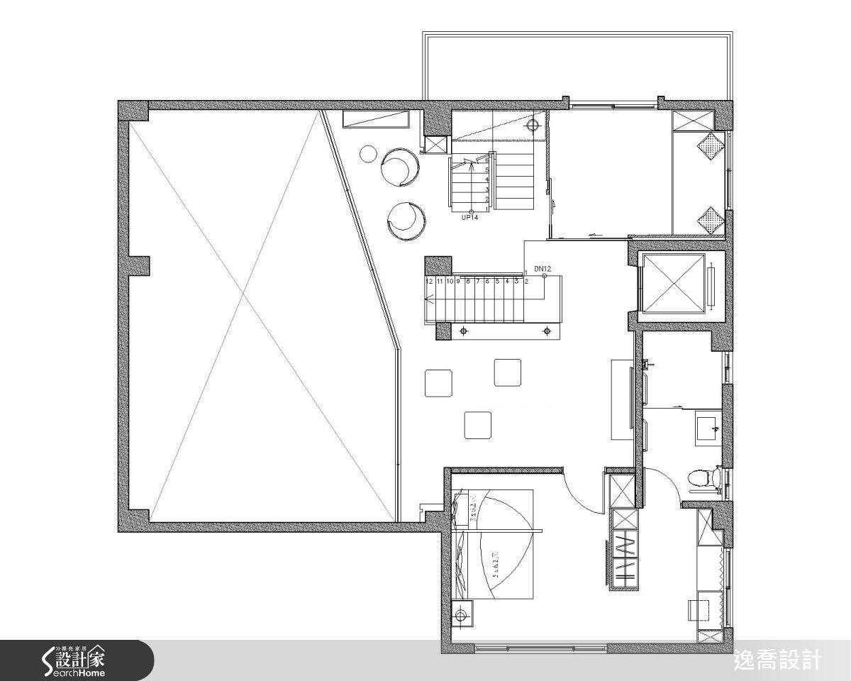 由於一、二樓之間保持了局部挑高區域,造成二樓的使用空間稍嫌不足,因此設計師另增加鐵件樓板拓出寬敞尺度,同時也讓空間結構與一樓木作樑造型相互呼應。平面圖片提供_逸喬設計