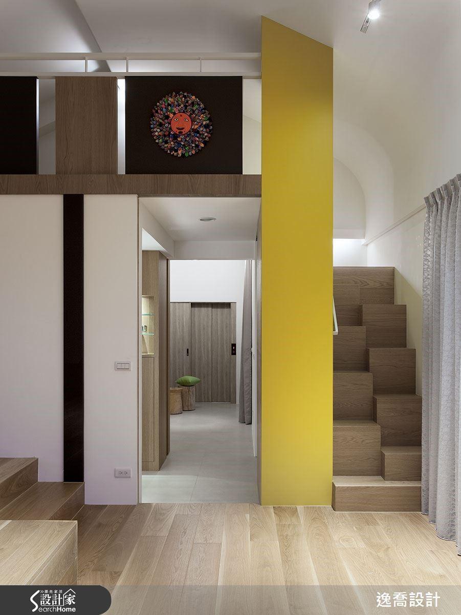 通往閣樓的樓梯特意以交錯立方體組成,藉由高低差讓階梯內縮並減少梯數,節省走道空間同時也增添趣味感。