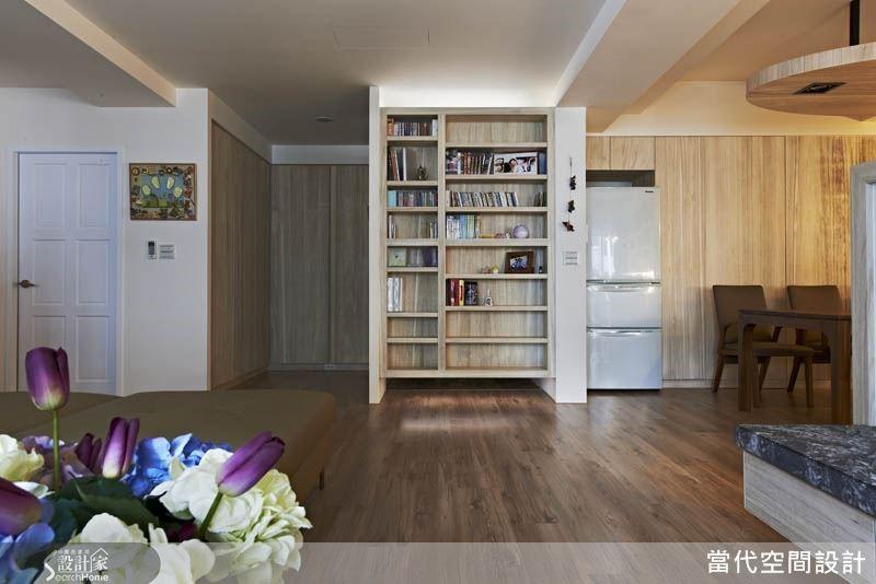 玄關櫃的背面是開放式的展示書櫃,兼具空間端景的效果。
