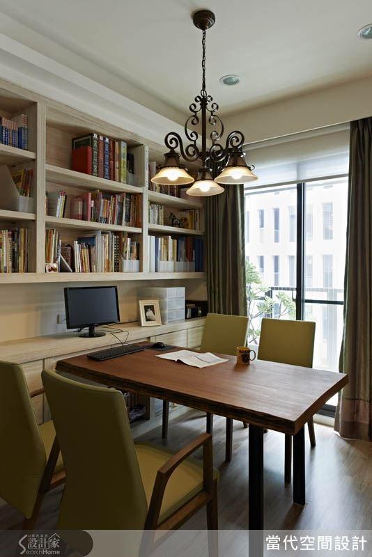 在落地窗旁安排開放式的書房區域,讓人在明媚的陽光下享受閱讀時刻。