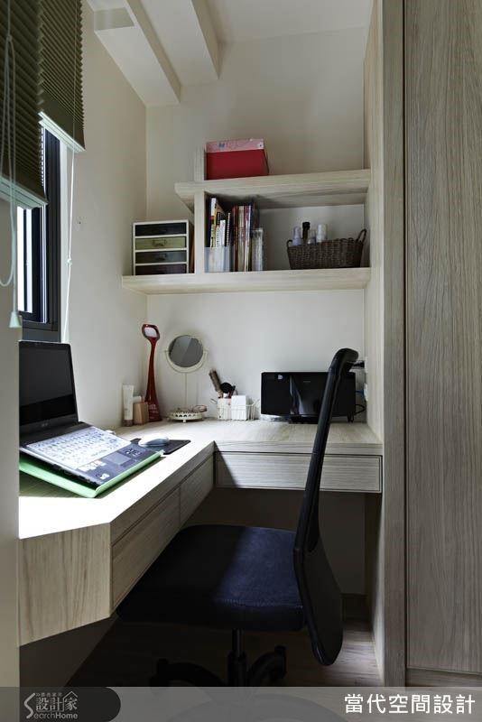 窗邊小桌是女主人的專屬小角落,每天就寢之前,女主人會在這裡整理發票、記帳等家務文書。