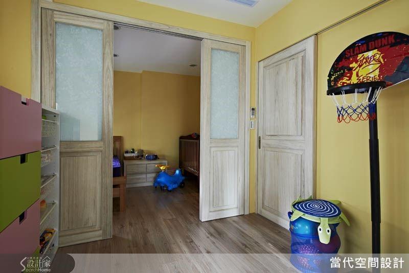 兩間兒童房之間設立一道拉門,讓空間的使用彈性更豐富。