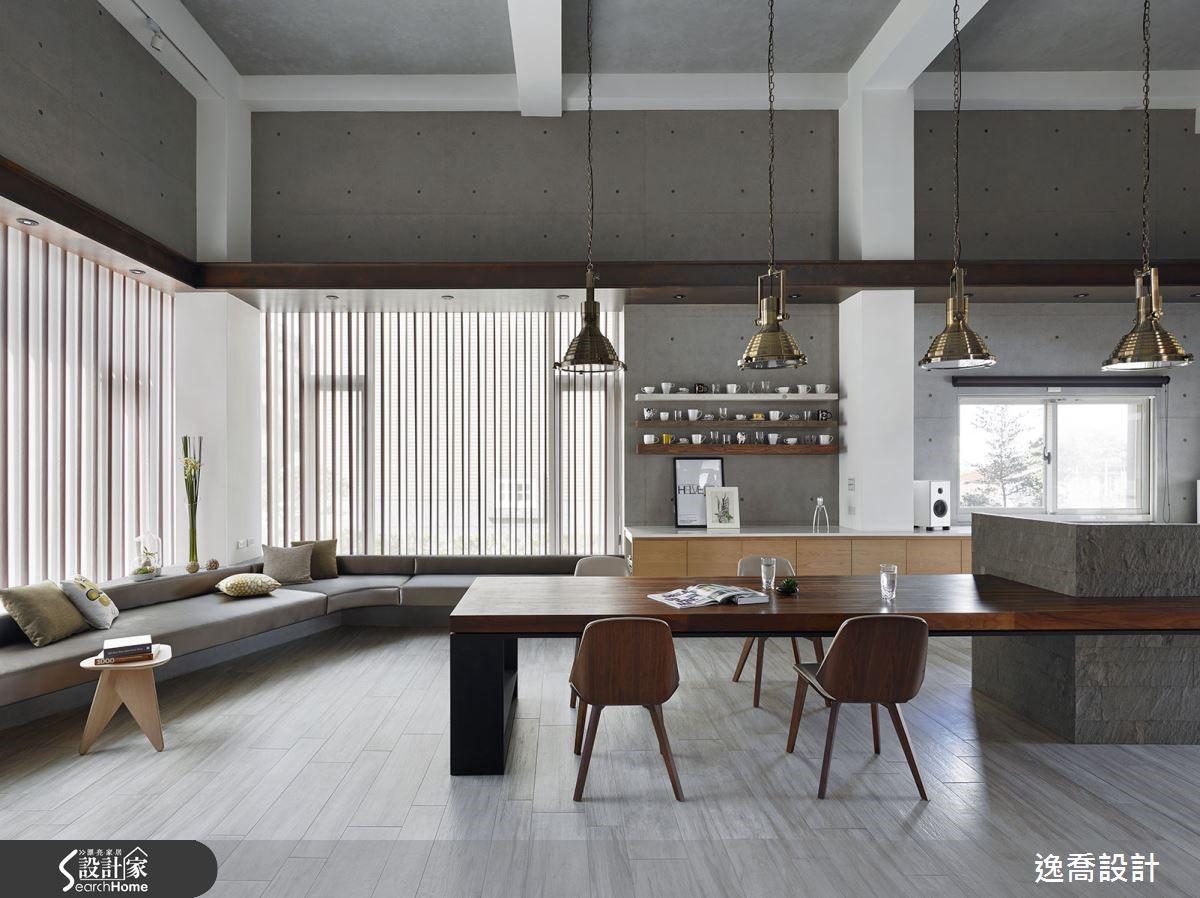 由於此區域為挑高空間,設計師特別採用寬敞的實木餐桌搭配中島,以厚實的份量呼應大宅的挑高氣勢。