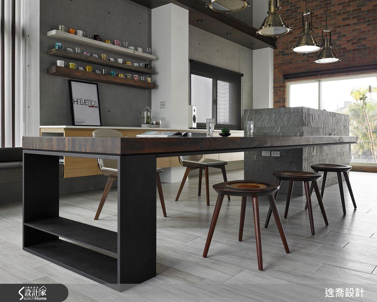胡桃實木集成材桌面下方以鐵件支撐,鐵件的厚度也經過精心考量,展現細膩的質感。