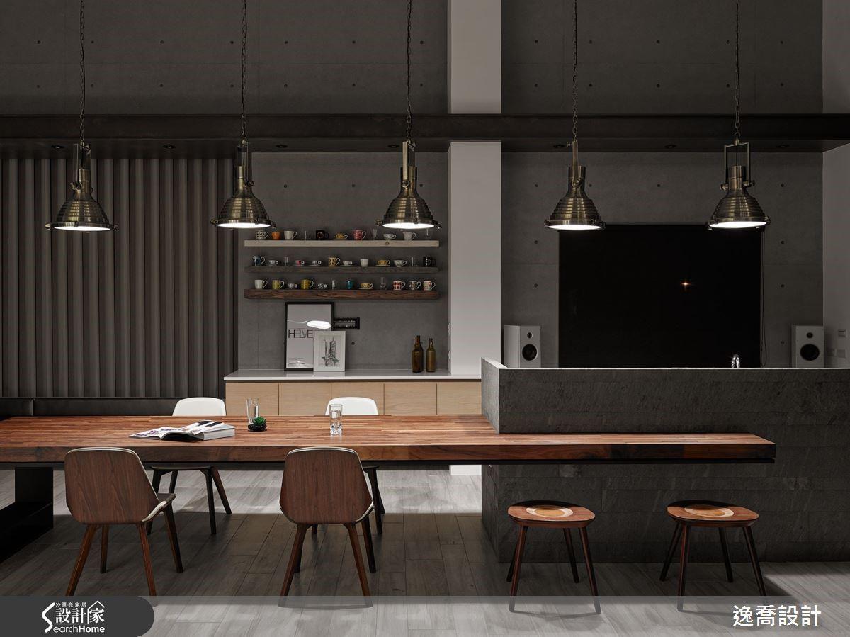 兩個家都採用了中島結合餐桌的獨特設計,但在這座休閒大宅裡,氣氛更多了幾分溫潤與典雅,讓每一次的設計都激盪出不同凡響的新火花。
