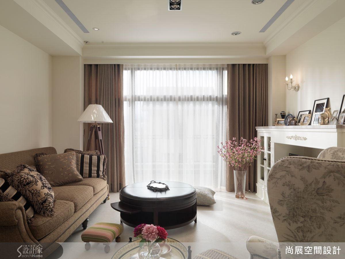 以簡約的線條語彙取代傳統的繁複雕花樣式,讓整體空間的調性更為俐落,再搭配設計感高雅的家具,賦予空間溫馨的居住質感。
