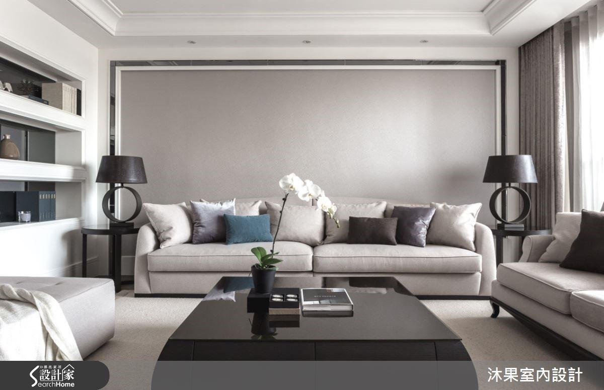 客廳的以反向方式配置,讓空間四平八穩與穿透電視牆串聯,放大空間感。淡化沙發背牆,以低彩度材質,壁紙跟噴漆、灰鏡搭接,展現現代貴族印象。展示牆以灰鏡為底開創空間深度,佐隱藏式燈光呼應精品質感。