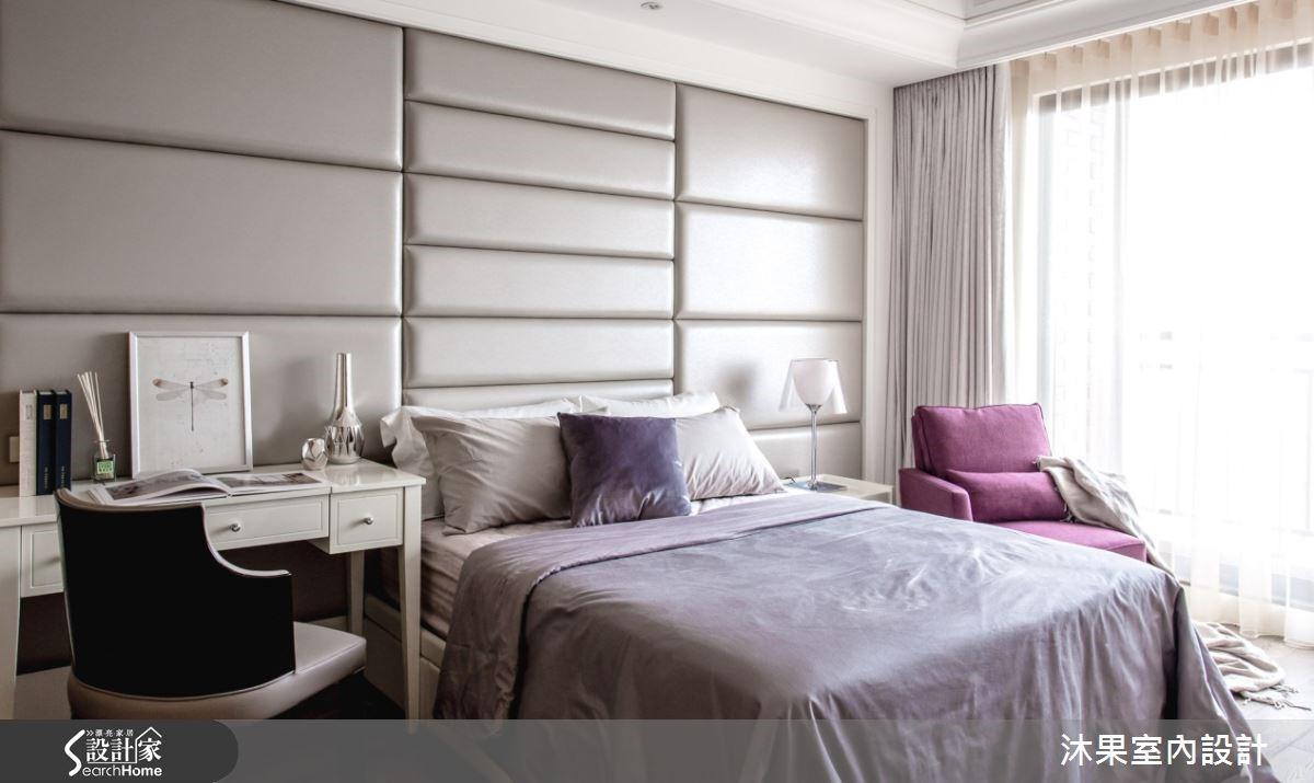 次臥典雅的語彙,及腰的實木線板加繃皮的床頭設計,框塑使用者個性,以古典奢華詮釋空間,顏色以白、粉紫呈現女性的溫雅之美。