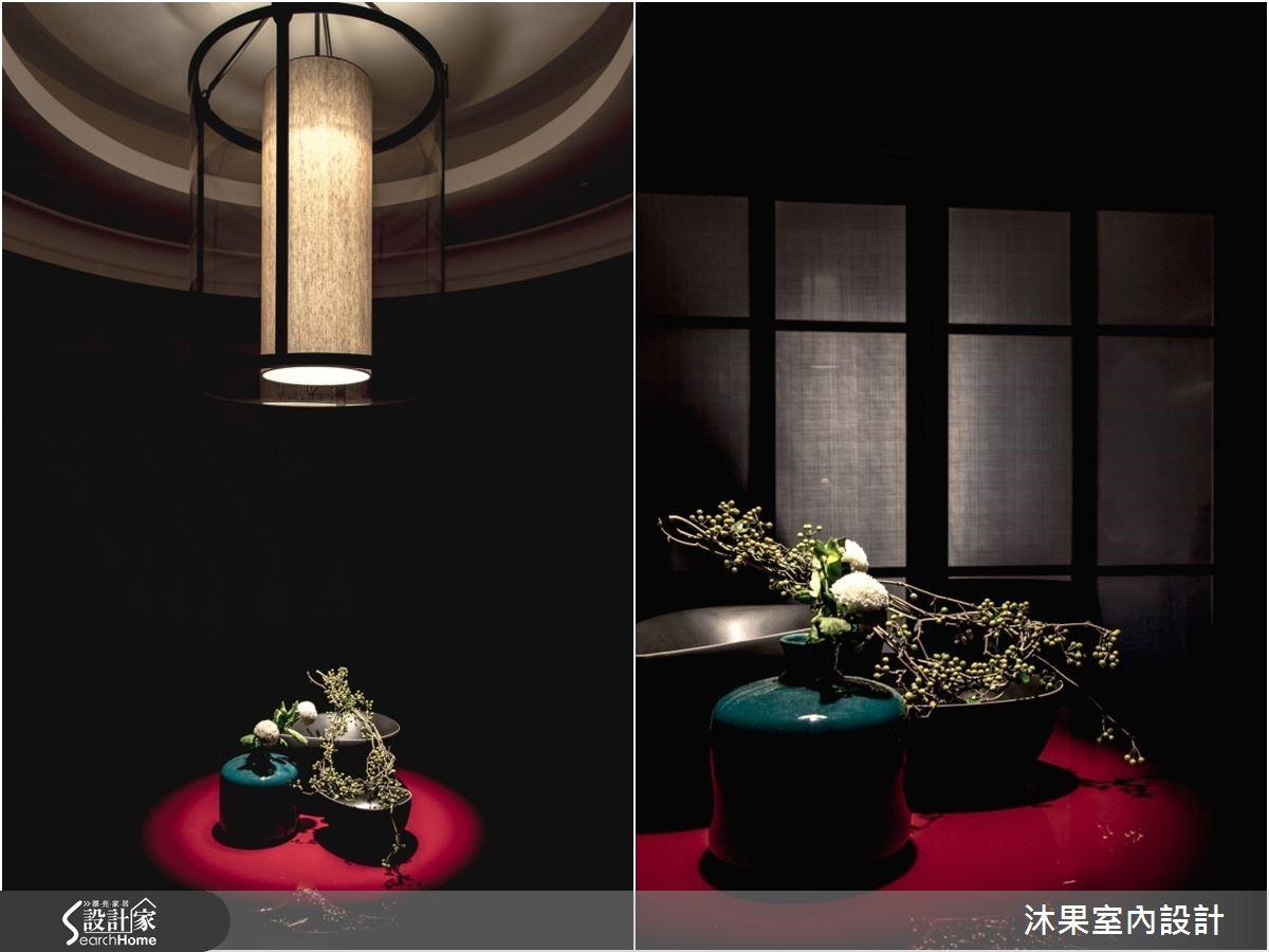 餐廳空間以盾為設計概念的特製燈具,結合同心圓的天花板造型,與講究風骨韻味的中式餐桌相呼應,映襯彼此風采。