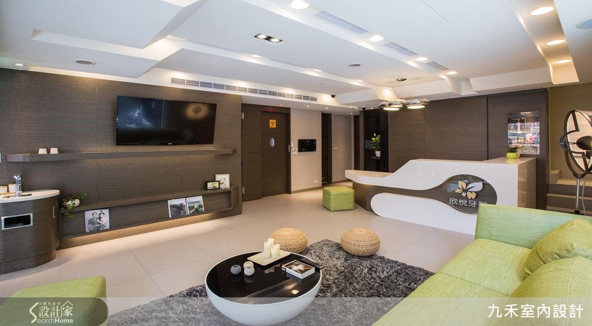 運用大地色系於牆面、沙發上,可創造出自然而具舒適感的氛圍,打破一般診所予人冰冷生硬的刻板印象。