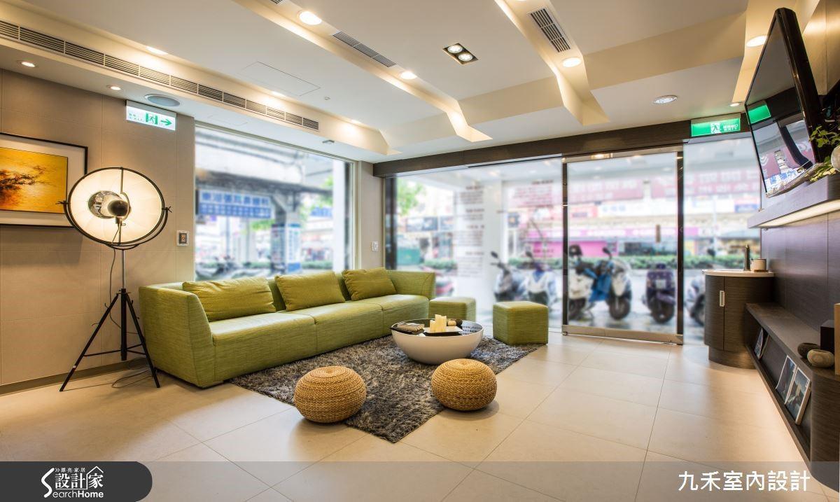 設計師在診所入口拓寬落地窗的面積, L 型設計提昇室內採光也解決屋內原本過於封閉的空間感。
