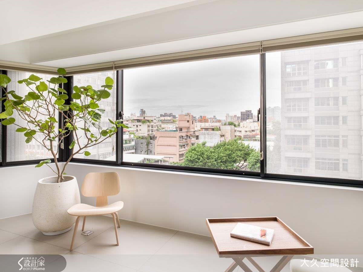 窗邊規劃一處休憩區,引進光影與城市風景,體現生活的自在禪意。