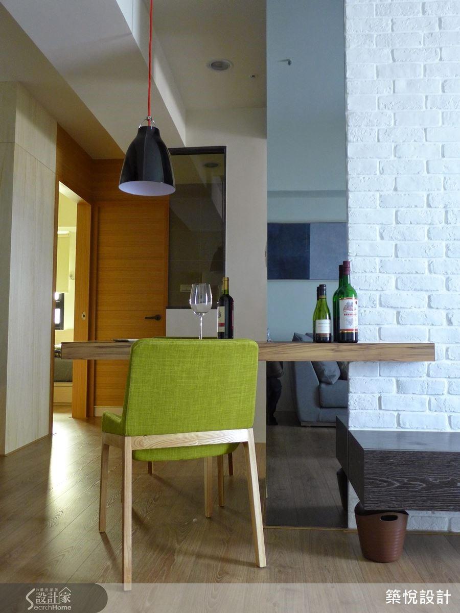 設計師利用電視牆作為客廳與廚房的隔牆,並且在牆面側邊嵌入餐桌,開放式的餐廳設計因此成為兩個空間的中介,也讓空間感更為開放寬敞。