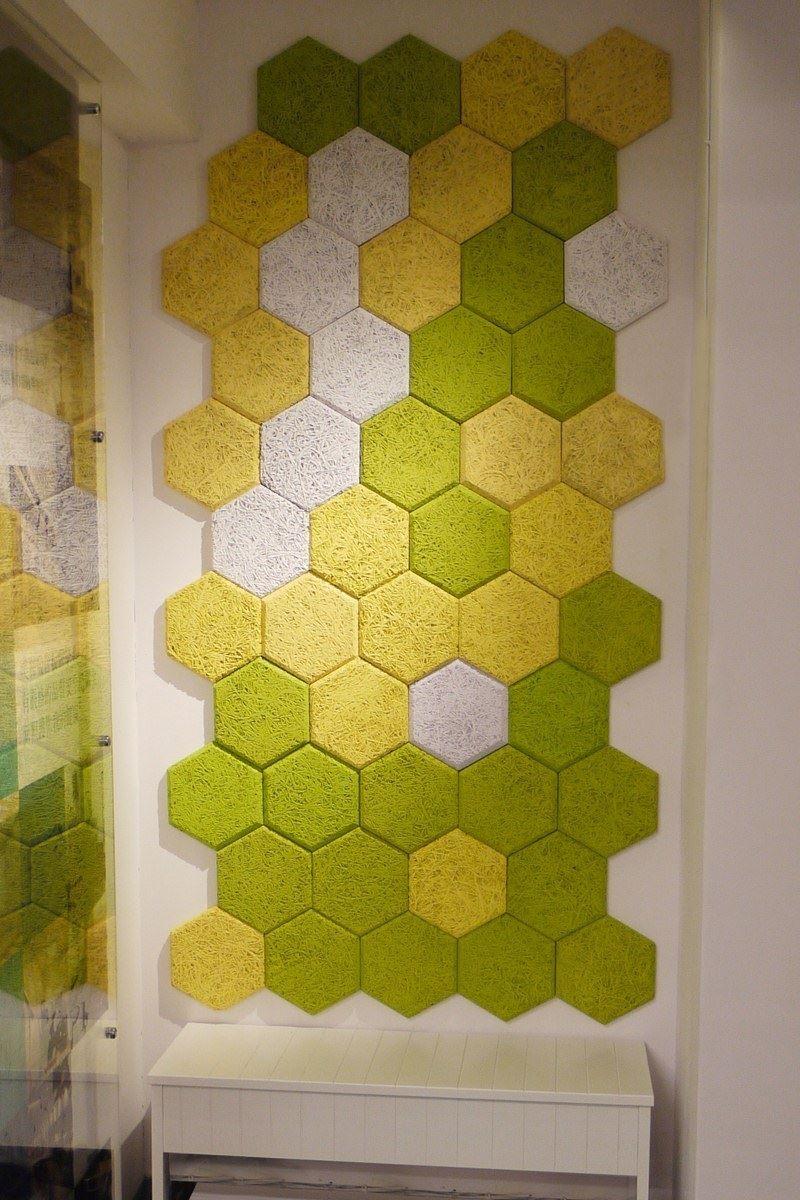 使用六角吸音磚在玄關牆面做妝點,自製專屬端景,輕鬆佈置舒適空間。