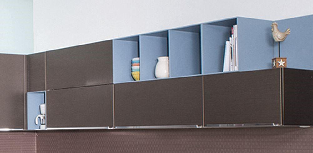 因應開放式廚房的設計主流,色彩多元的輕隔櫃,在廚房的空間中, 化身為個人收藏品的展示區, 凸顯個性化廚具的設計特色,讓廚房不只是廚房,而是個人生活品味的表徵。