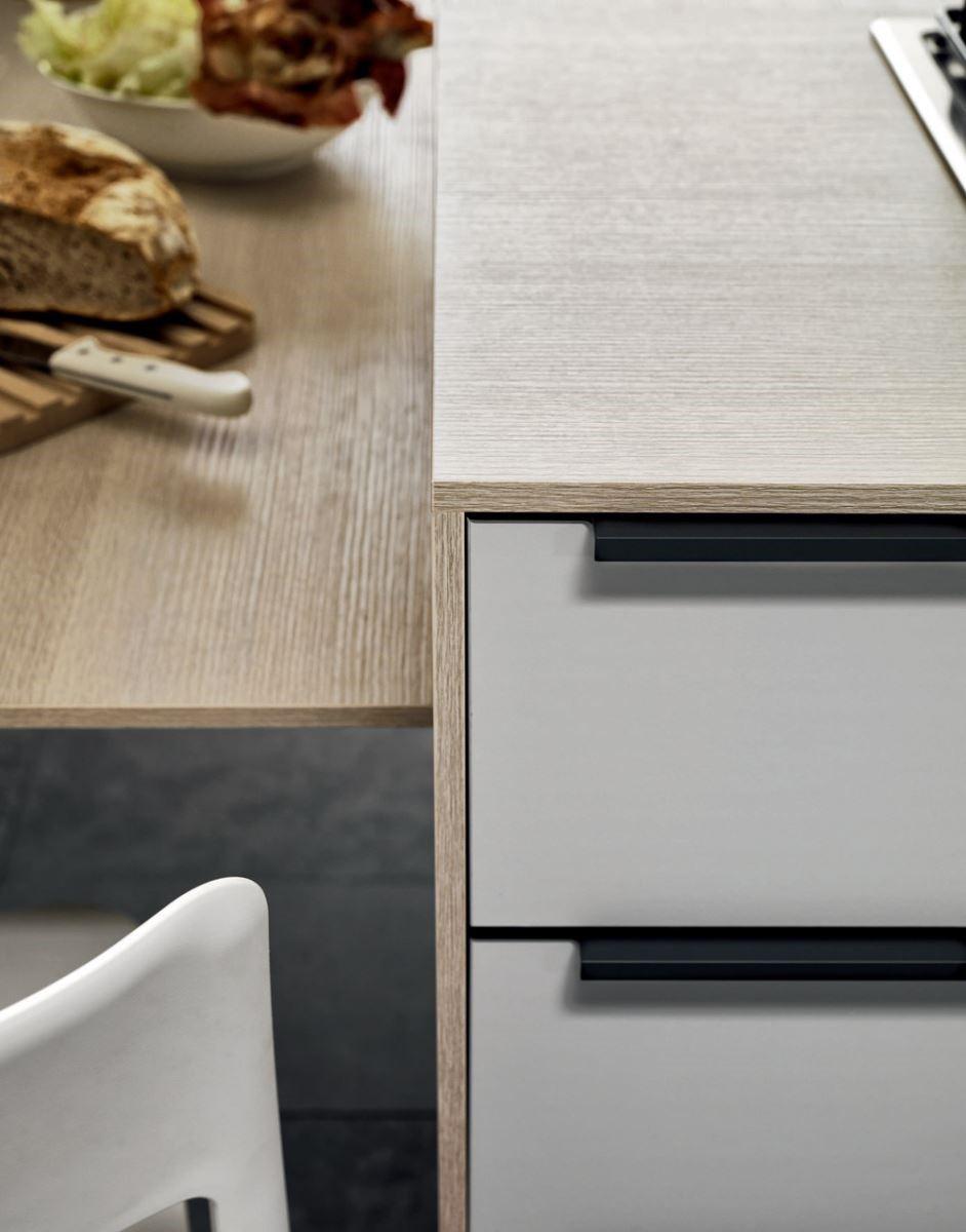 如絲緞般柔滑細緻的廚具面板,觸感媲美嬰兒的肌膚,可以和各種不同的異材質結合,改變廚房的五感體驗。