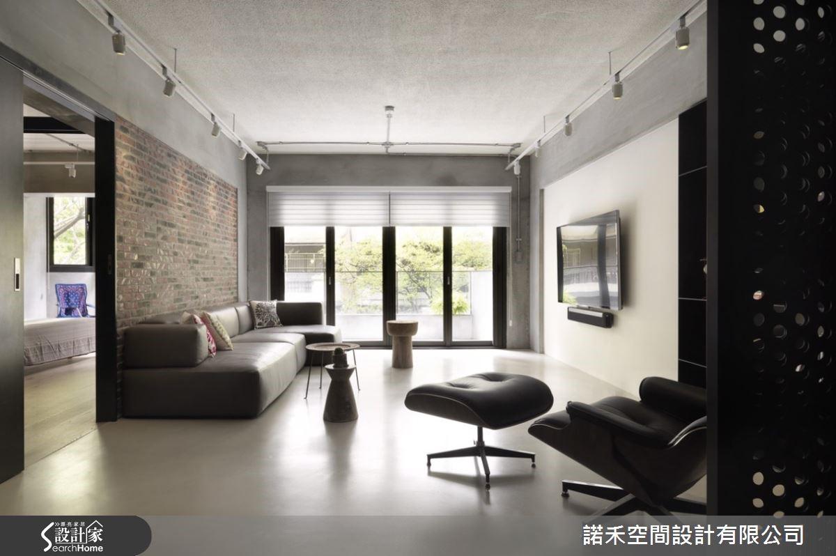 火頭磚沙發背牆之於潔淨電視主牆,是個性張力中的一股無虞專注。