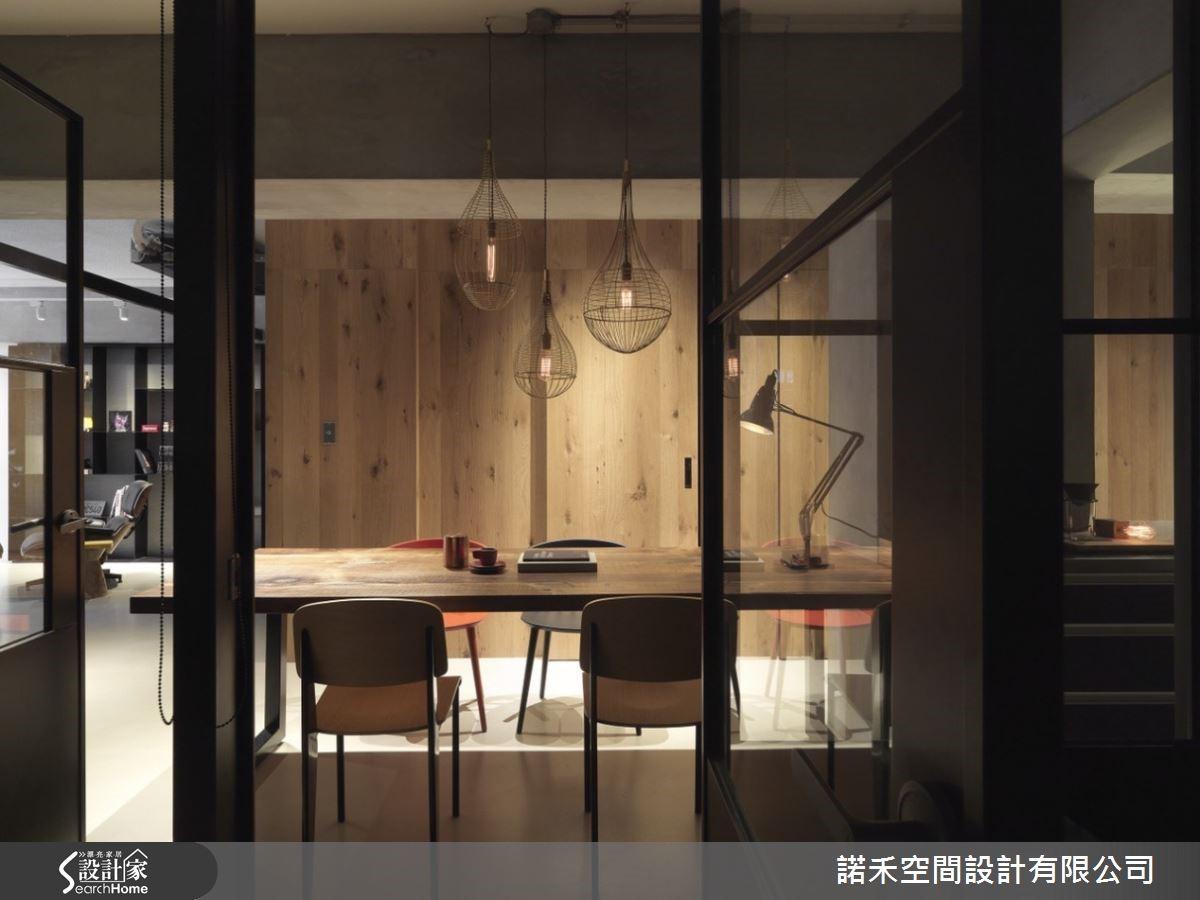 餐廚空間是規劃的發想軸心,垂墜設計吊燈,是視覺焦點亦是空間高度的延伸,與水泥原色石木餐桌暈染出醺醉感。