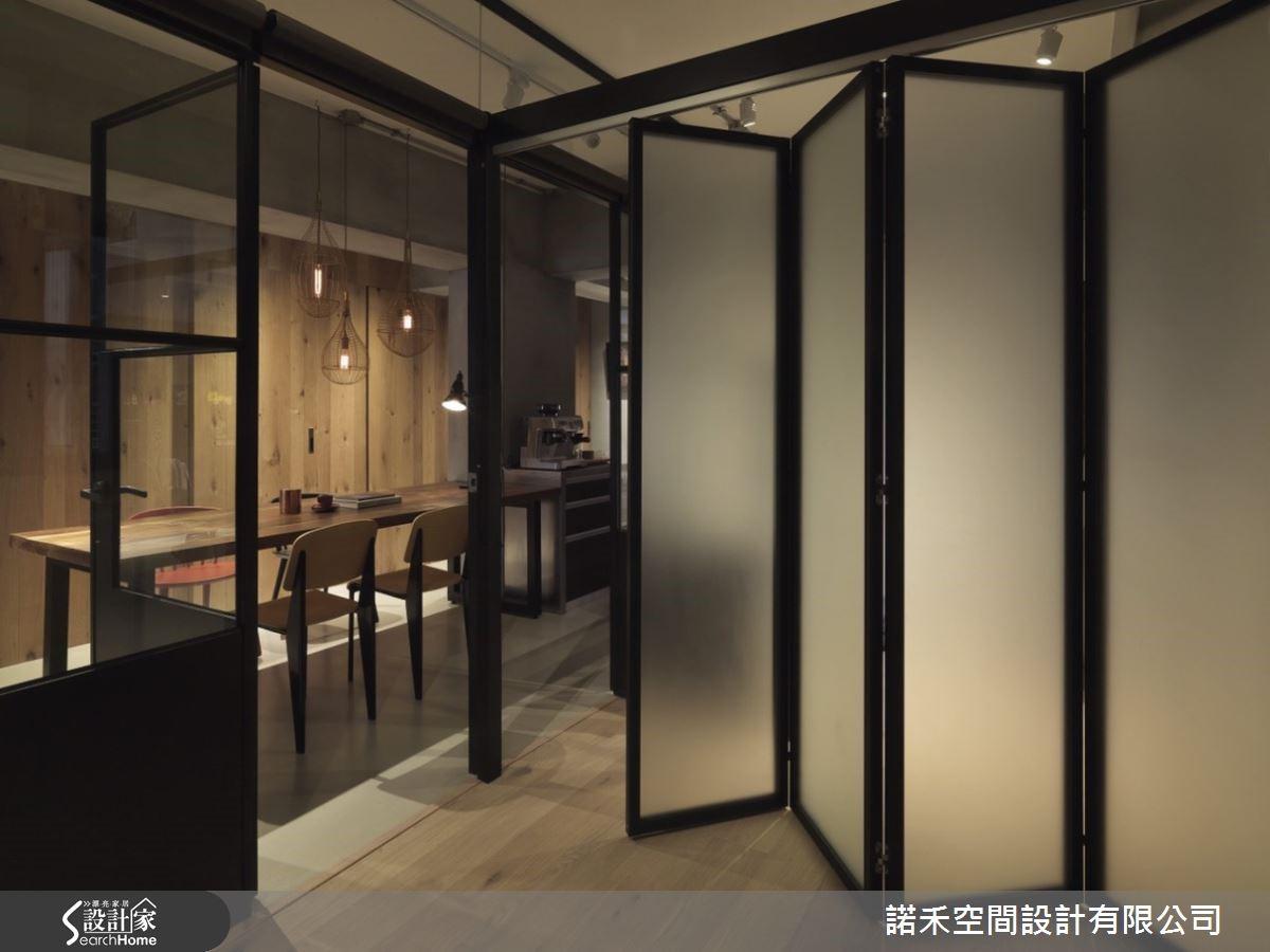 一旁清玻璃窗格鐵門視角以同水泥材質延伸,建構起居室,內載活動折疊門讓空間劃分為二,成就豐富實用性,同時穿透放大空間感。