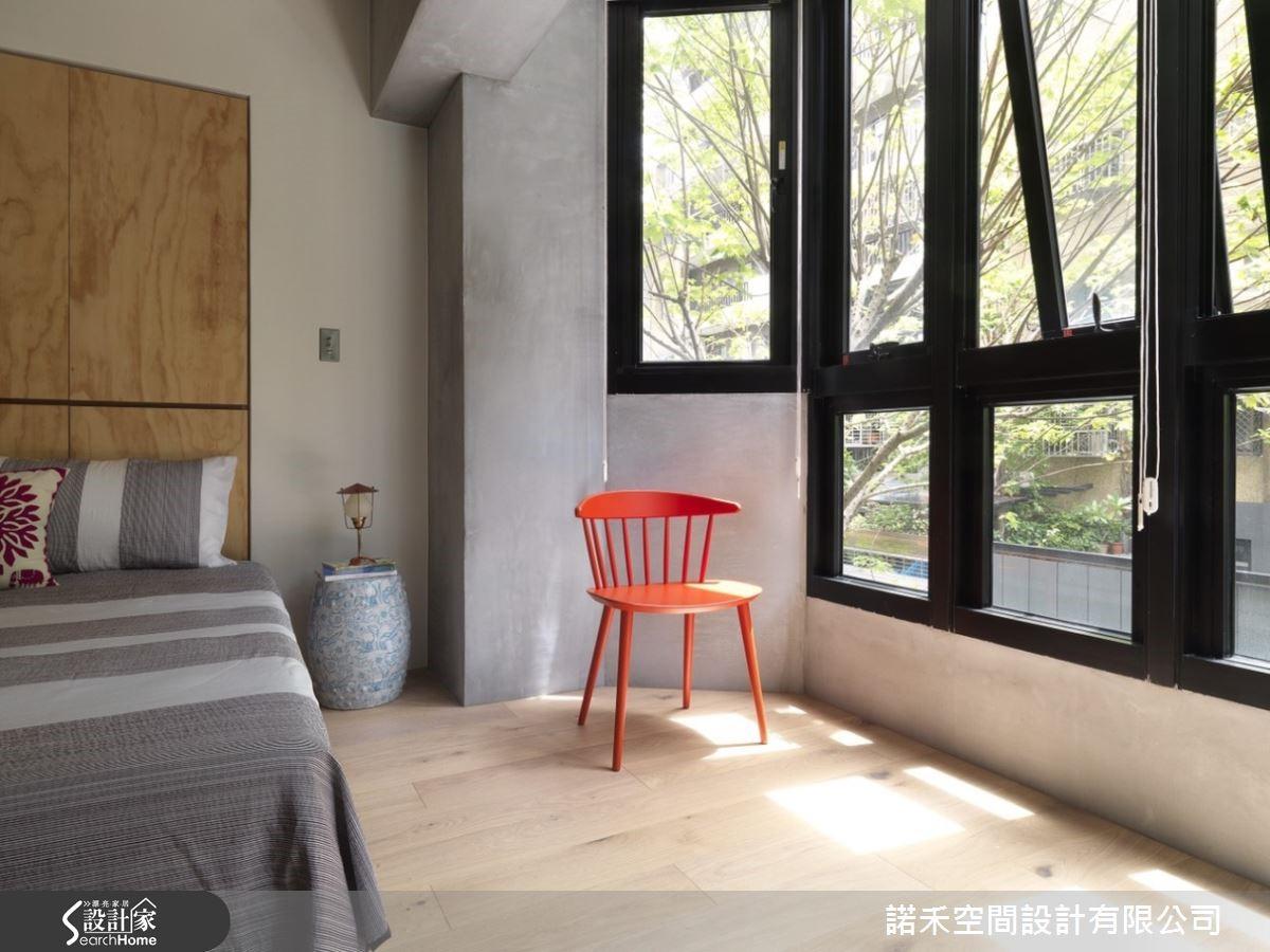 主臥室維持原始質樸的樣貌,與客廳背牆同一面,並保留採光窗景。