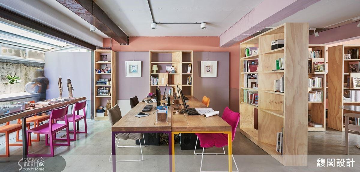 利用書櫃區隔場域,延伸其他空間,利用小桌子與單椅擺設,營造出不同的氛圍。