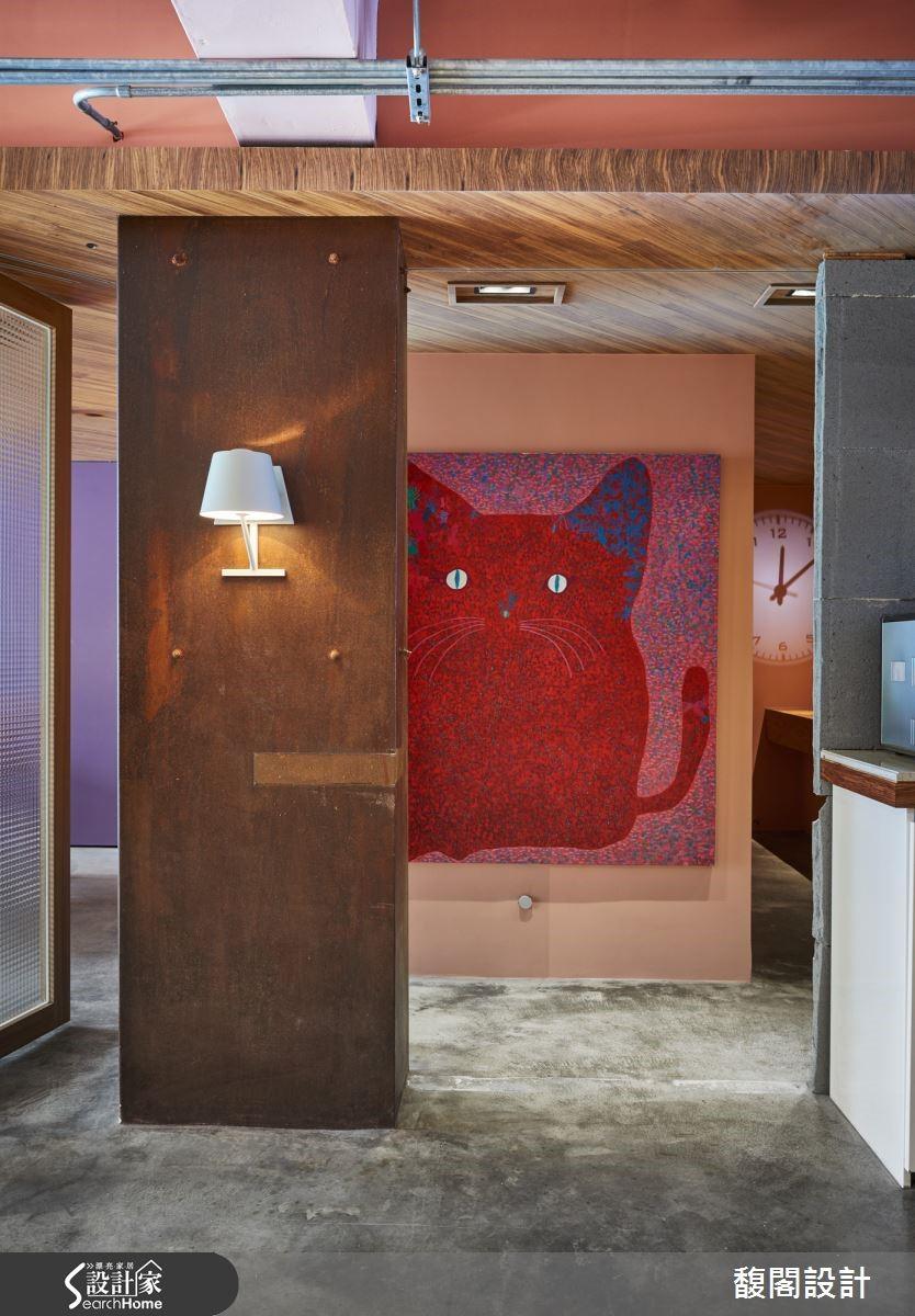 經設計師整理後,會議區寬敞加大,書櫃成為隔間牆,極具穿透感;整理後的空間,發揮了每一處的坪效,空間自然變得放大!