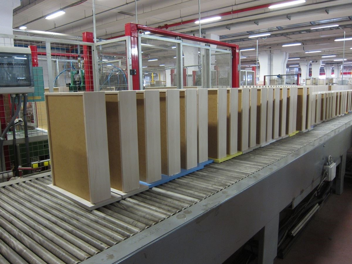 半自動化的生產流程,讓櫥櫃組裝變得更有效率。