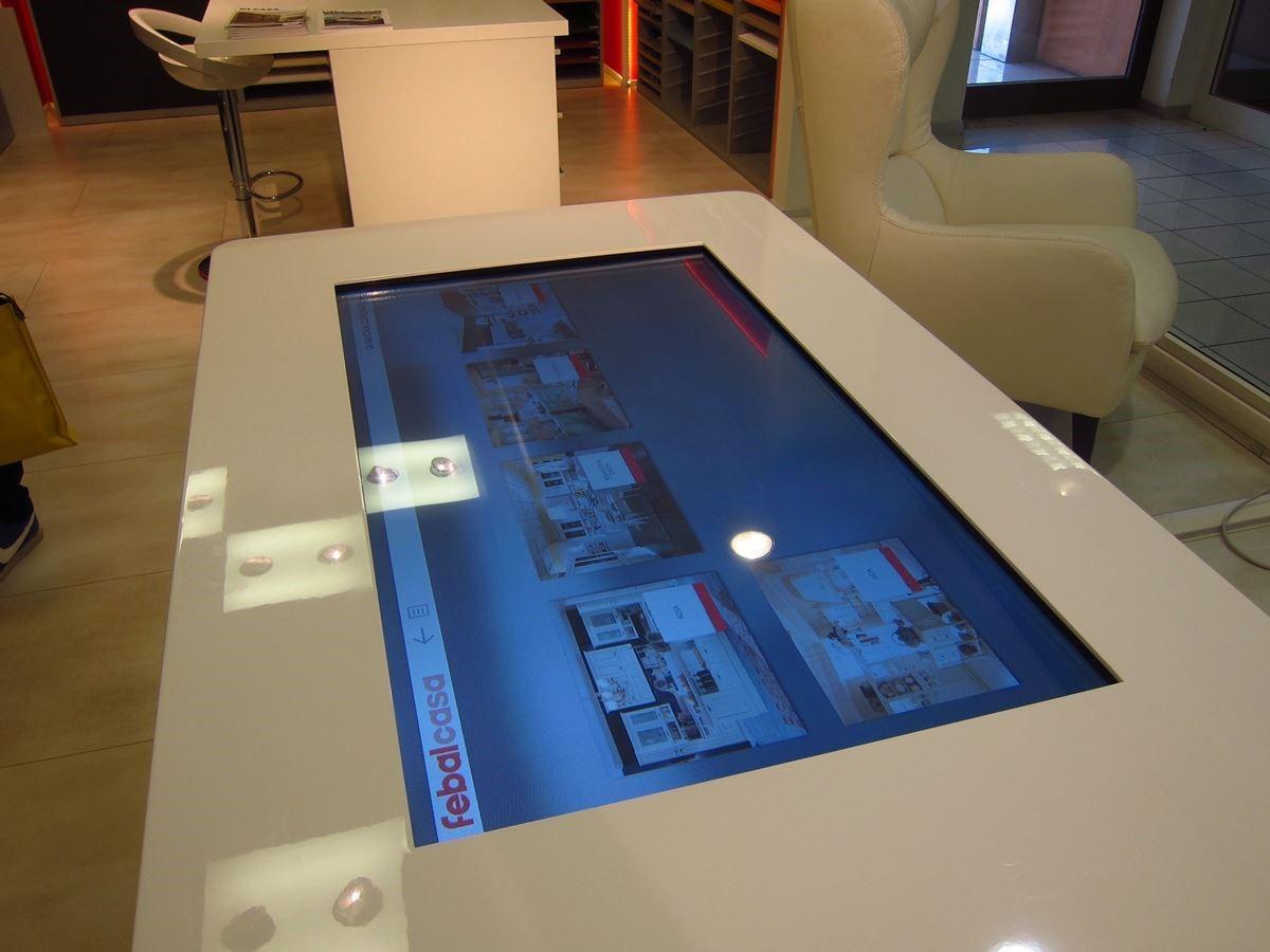 每間 Colombini CASA 店內都有一套電腦即時下單系統,將來即使身在台灣,也可無時差透過這套系統訂購傢具。