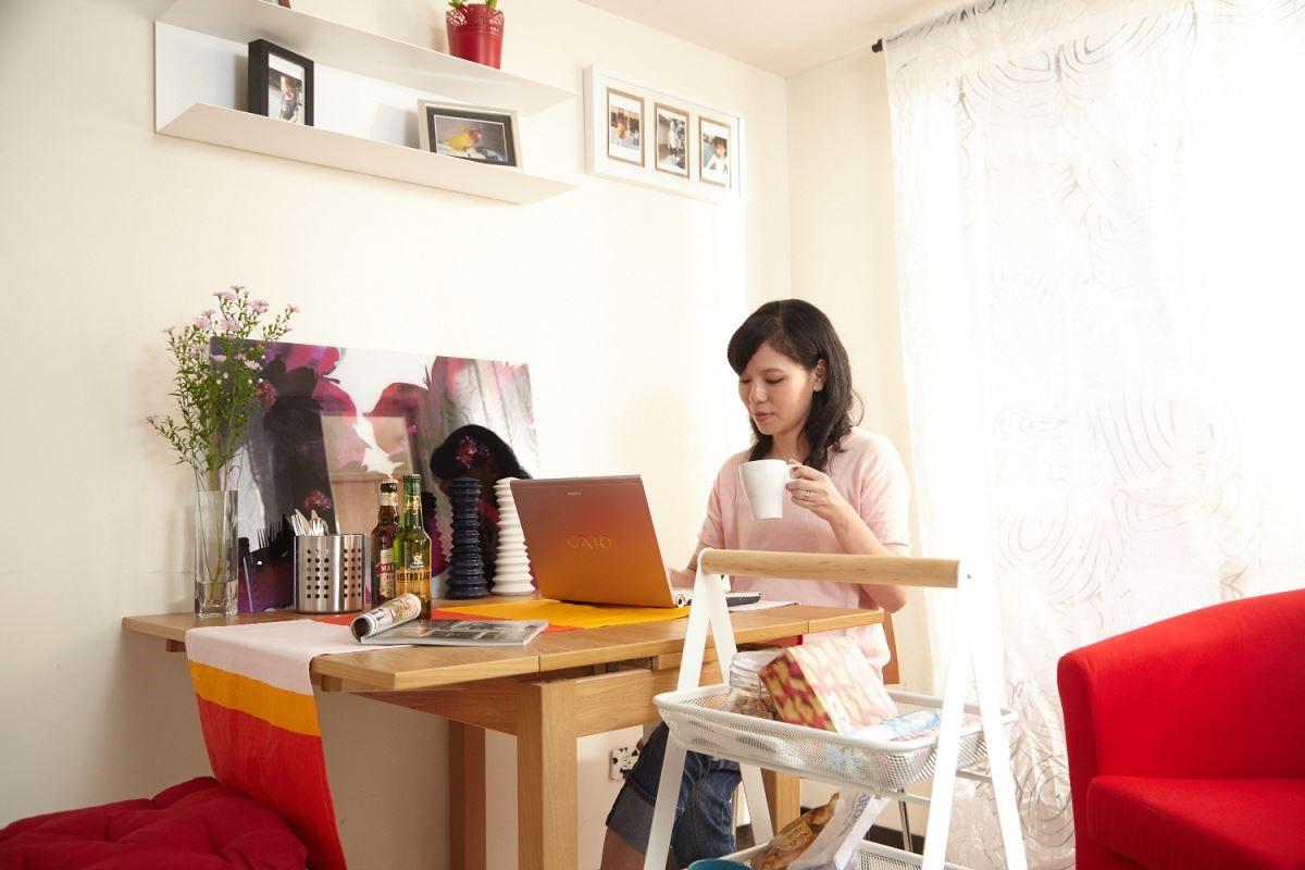 不浪費牆面空間,在牆壁上裝上層板,不僅可以增加收納,也活潑牆面。 攝影_黃暉中