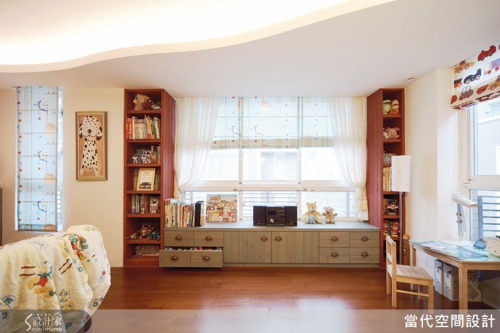 例如:天花板不一定是要死板的直線勾勒,巧妙結合波浪造型,不但讓空間氛圍更柔和,再搭配間接燈光更營造出如雲朵與陽光的意象,能夠激發孩子更多的想像力。