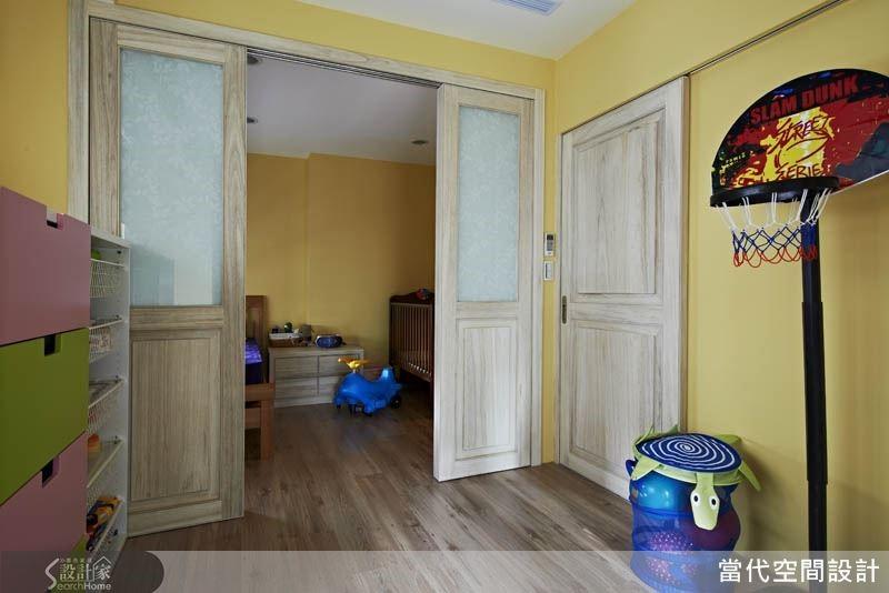 例如:本案將兄弟倆的房間隔牆打造為拉門設計,使兩個房間除了擁有各自獨立的出入口外,中央的拉門也可打開,創造出一個更寬敞的玩耍空間。未來兩個孩子長大後,房間也可各自維持獨立,可說是一舉兩得!