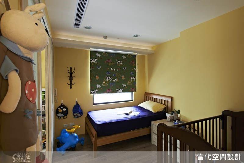 例如:本案以深綠色窗簾以及藍色寢具來搭配鵝黃色的牆面,讓空間的色彩張力更加立體,再加上孩子所喜歡的卡通物件,讓滿滿的趣味性圍繞孩子的童年時光。