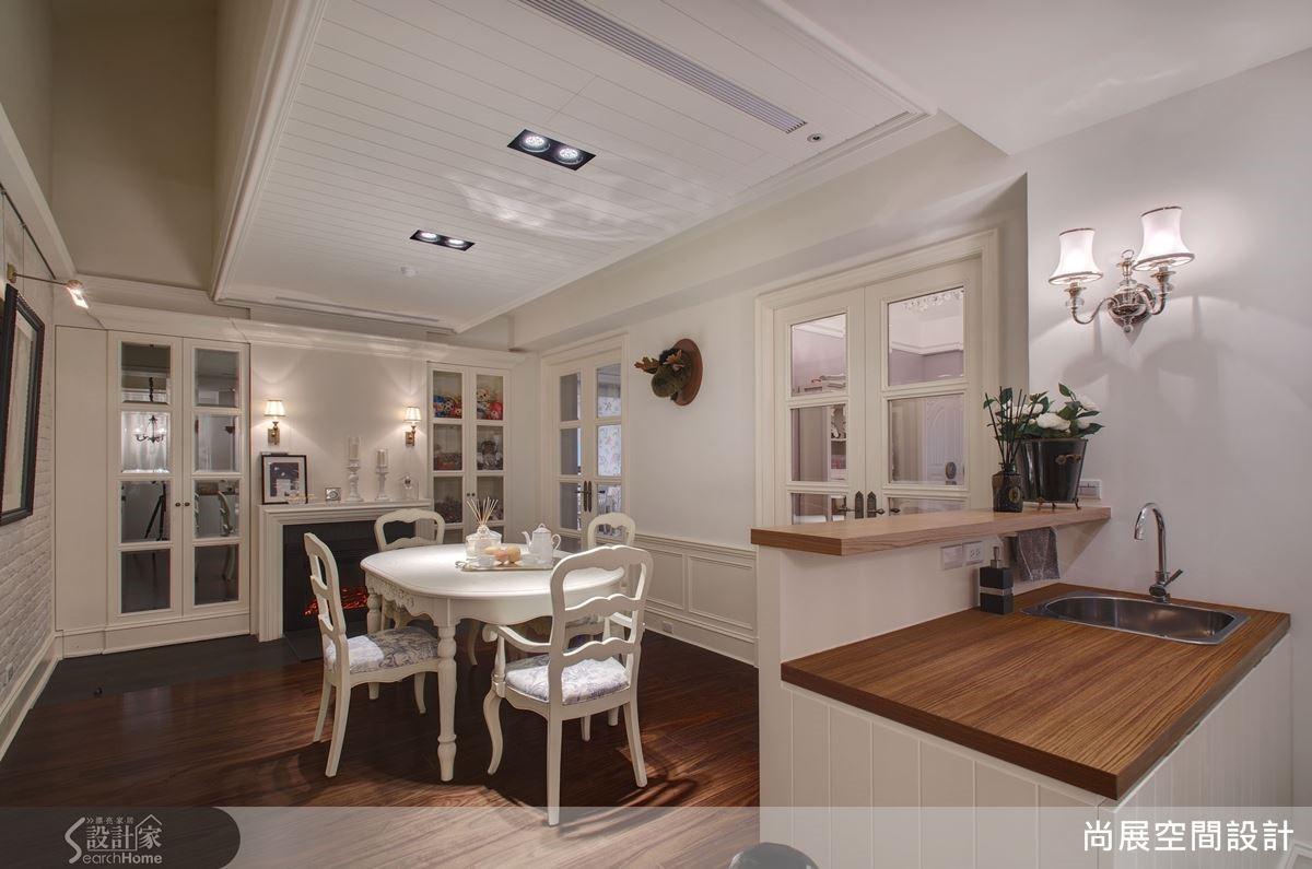 而二樓則全部保留為私人臥室的空間,吳總監並將連接各臥室的中介區域規劃為起居室,並安排吧檯與餐桌,讓家人可在此自在用餐、互動與談天。