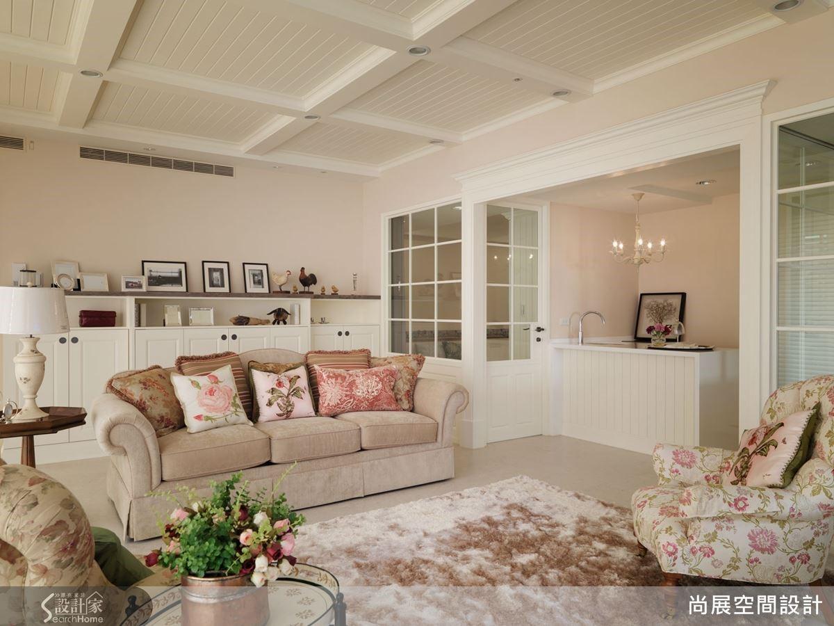 而在起居室的設計上則是採用了更柔和的粉色調性,讓溫馨的家庭氣氛漾出暖意。