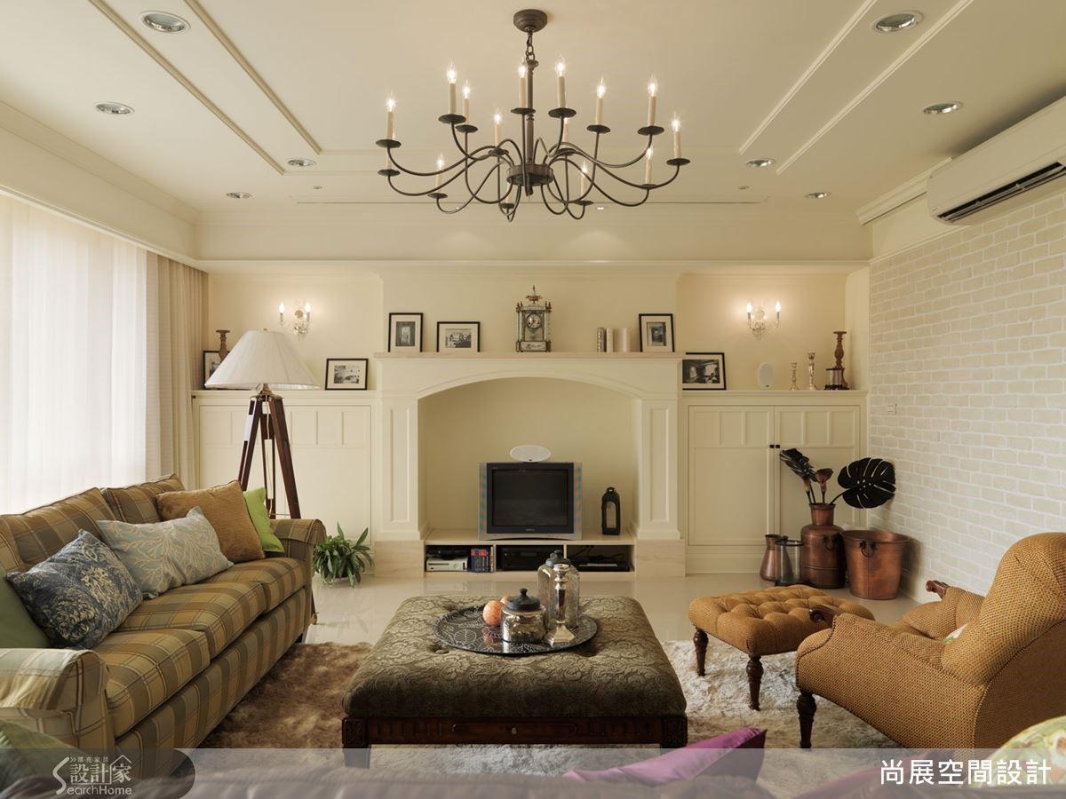 例如:本案在客廳的規劃上採取較素雅而沉穩的白色搭配駝色系,以及對稱的壁爐造型與質感華麗細緻的水晶燈,讓人感受到空間不凡的氣質。