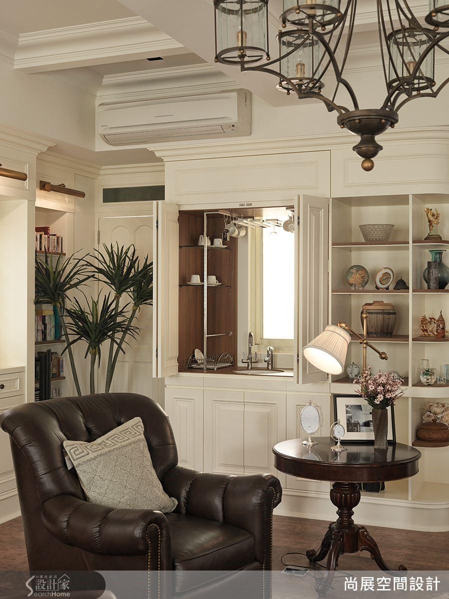 一般而言,提供輕食功能的小吧檯通常在起居室裡較為常見,但是本案為了符合屋主喜愛咖啡的生活需求,便在客廳裡也安排一座小巧的調酒台,讓客廳的生活感更加豐富。