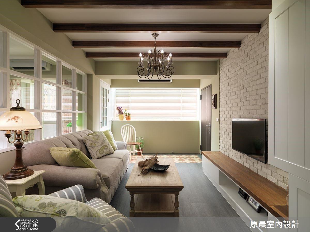玄關磁磚拼花,讓客廳木地板延伸至玄關,讓客廳看起來開闊,劃分玄關空間為無形。