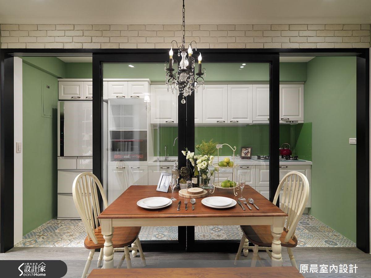 餐廚空間依牆壁的顏色搭配圖騰地磚,營造空間活潑氛圍,讓鄉村風的可愛由地磚來表現。