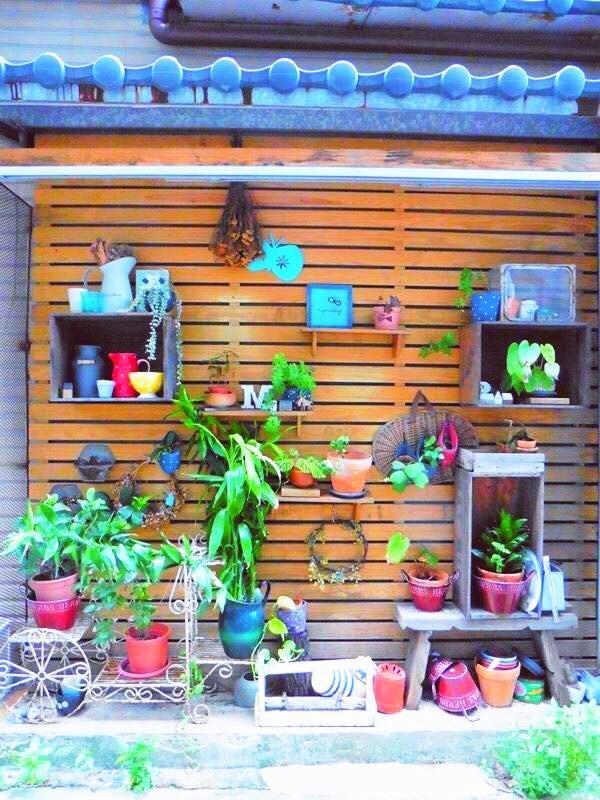 特意保留的傳統日式屋簷,顯現了對於建築本體的尊重,與自然感濃重的木板外牆搭配得宜,老闆善用立面,親自以自家產品佐以綠意打造另類植生牆,為巷弄增添寫意風情。