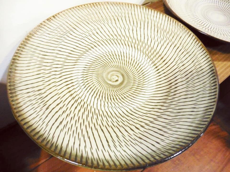 一子相傳 300 年的驚人工藝,每一道紋路都是在手拉坏高速旋轉時刻鑿下的手工痕跡,顯示了高深的製陶技巧。