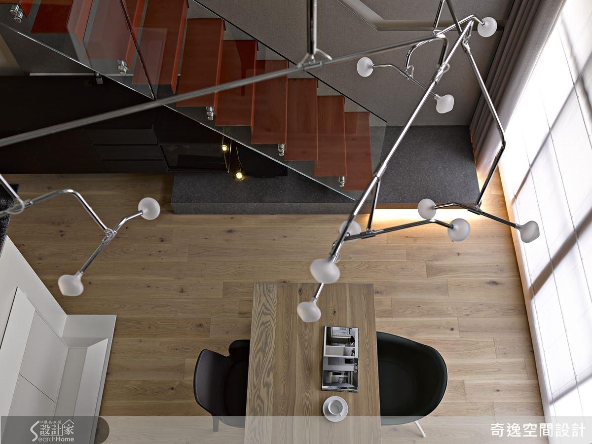 1 樓公共領域將靠近落地窗的陽光位置留給餐桌,以造型吊燈當主燈,更具穿透感。