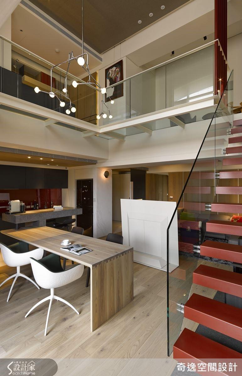 將樓梯移位後,以鐵件+玻璃輕盈處理,既讓視覺穿透,更拉長樓中樓的挑空感。