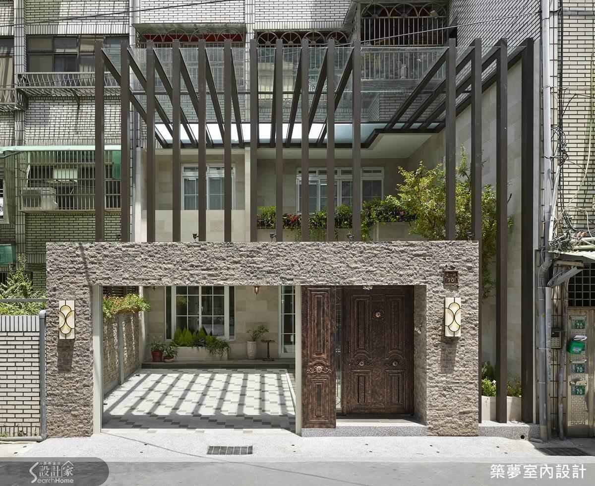 將採光罩拉至二樓約六米高,在精算結構後使用鋁件,創造出立體鮮明的庭院景觀。