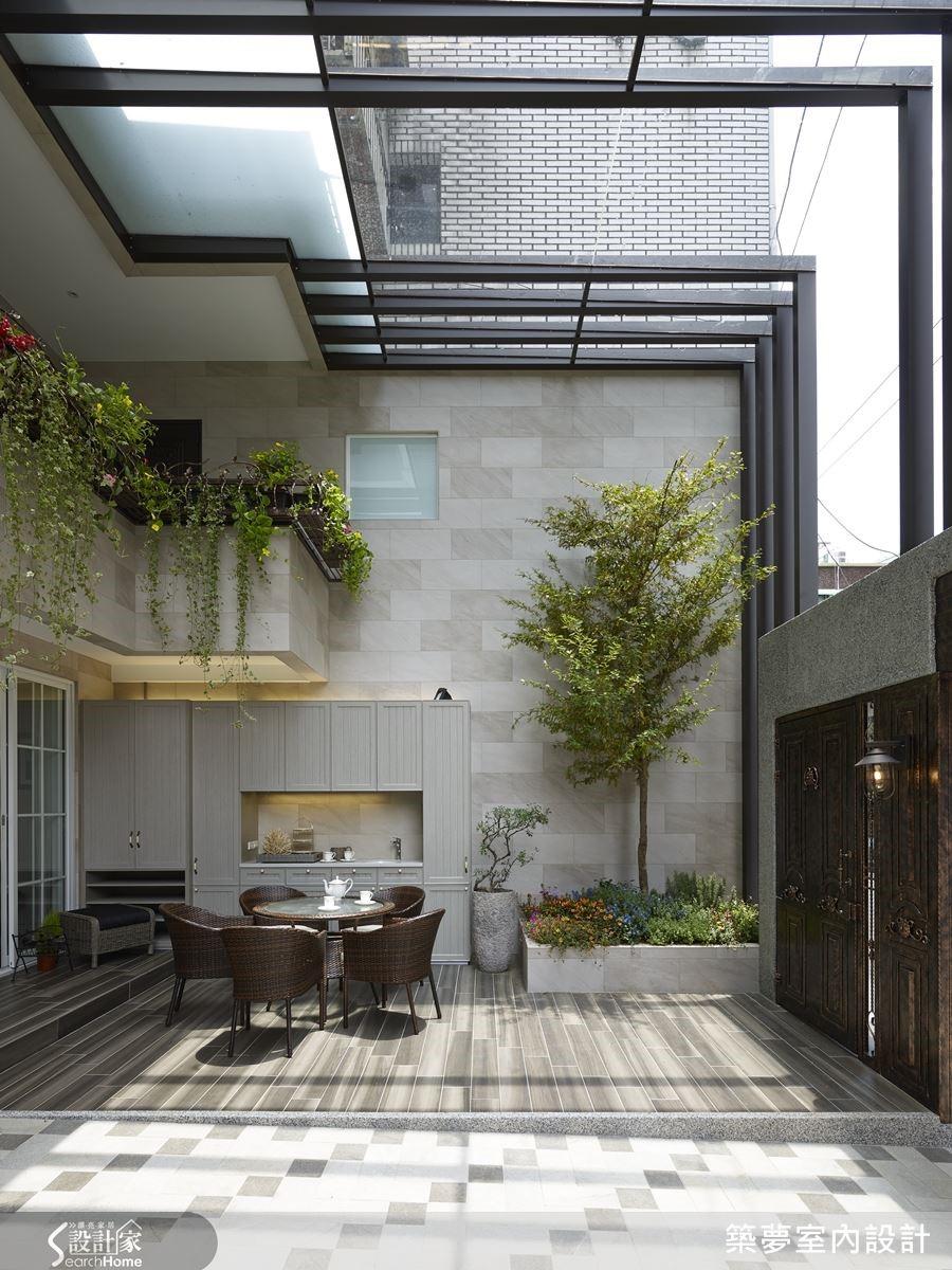 以木紋磚鋪滿庭院地板,其中也保留了對女主人來說紀念意義深重的兩棵樹,讓庭院造景自然而然。