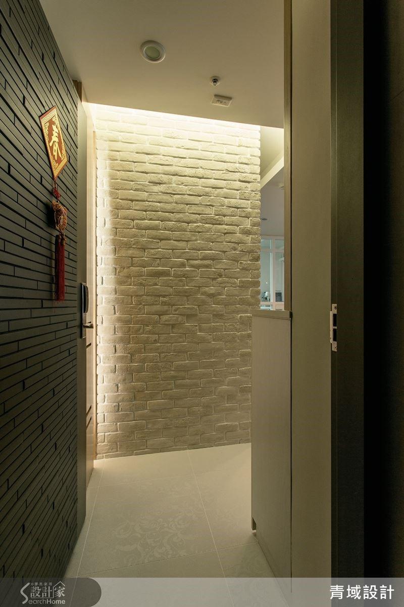玄關運用白色文化石鋪述牆面,賦予開門見山的簡潔印象。