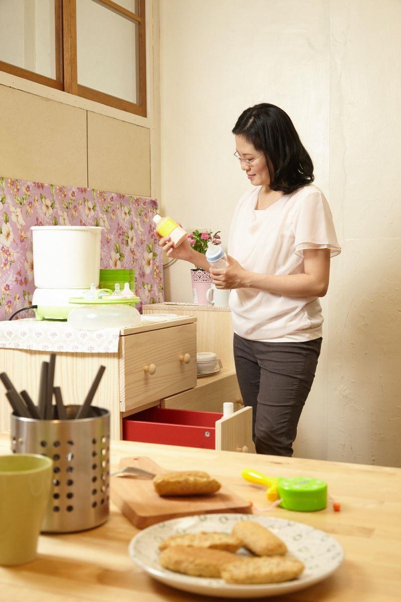選擇有鄉村風櫃體,符合家族成員使用,不僅增添美觀,也便利收藏瓶瓶罐罐。攝影_黃暉中