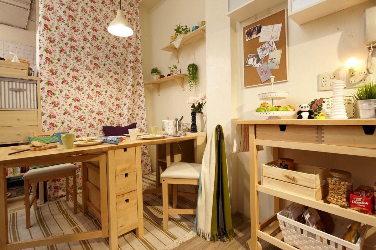 使用可摺疊的桌子,展開作為用餐空間,收起來可讓小朋友在家中四處探險。攝影_黃暉中